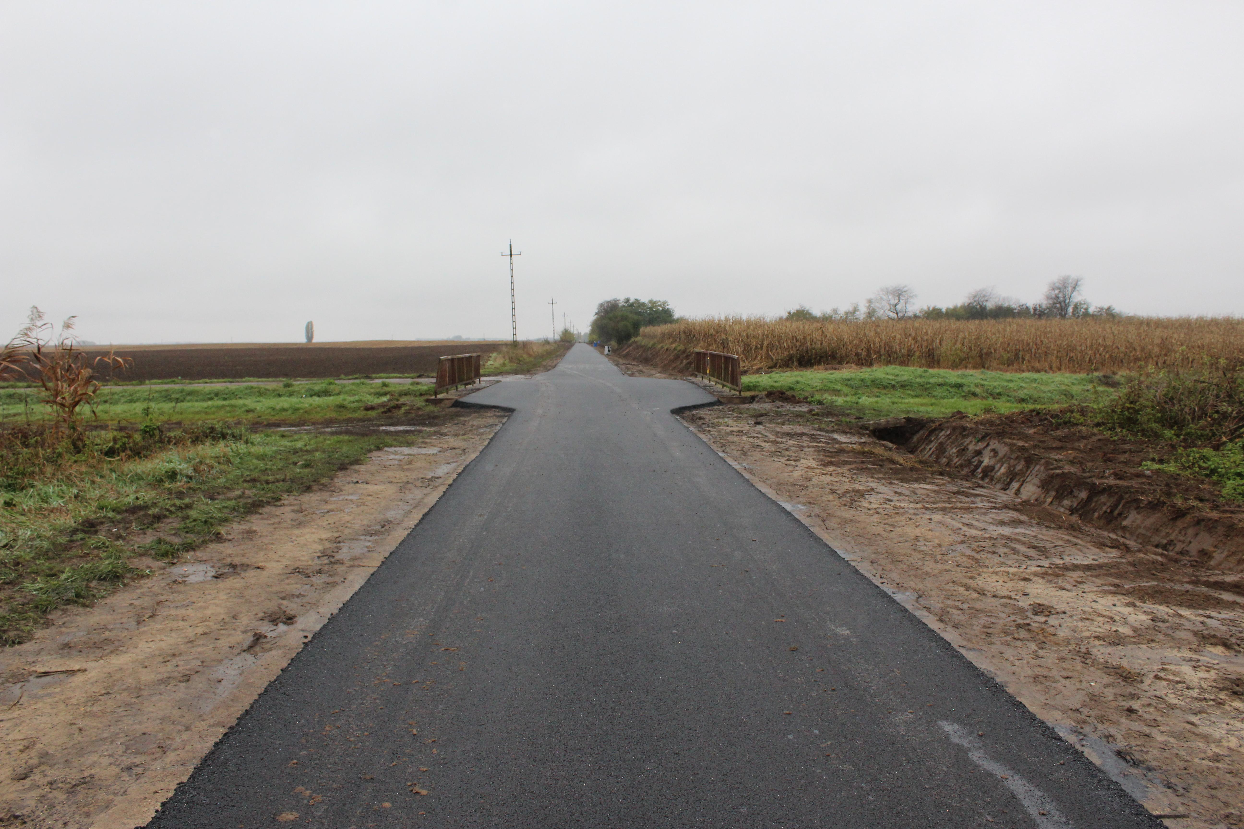 Pályázati forrásból kapott aszfaltot egy leginkább használt mezőgazdasági út Mikepércsen