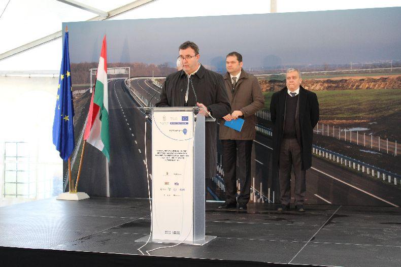 Csökkenő átmenőforgalmat, növekvő lehetőséget jelent az  M35-ös autópálya decemberben átadott új szakasza településünknek